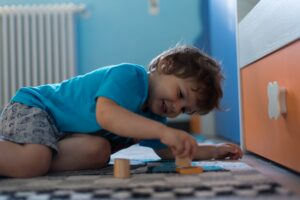 6 motive să-i oferi copilului tău jucării din lemn