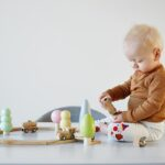 De ce jucăriile simple din lemn sunt cele mai bune pentru cei mici?